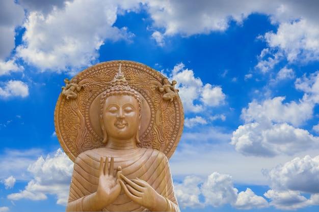 Posąg buddy na niebieskim niebie