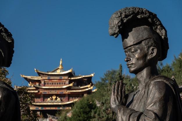 Posąg buddy tybetańskiej i świątynia guishan