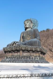 Posąg buddy w świątyni sinheungsa, park narodowy seoraksan w korei