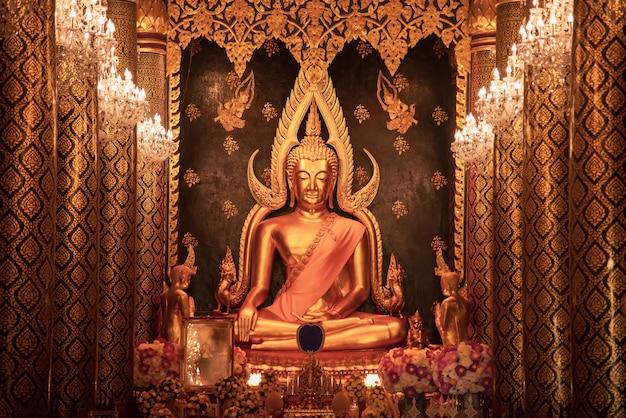 Posąg buddy w świątyni wat phra sri rattana mahathat amphoe mueang phitsanulok tajlandia