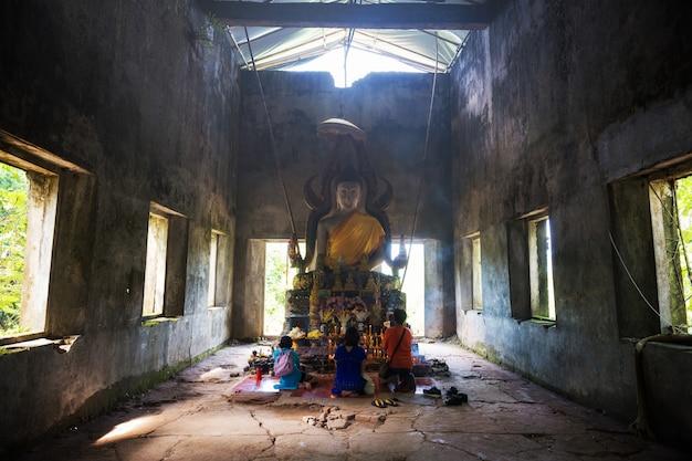 Posąg buddy w wat somdej, sangkhlaburi