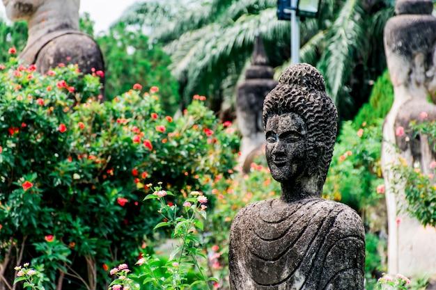Posąg buddy według wierzeń buddyjskich i hinduskich. znajduje się w ogrodzie buddy, vientiane, laos.