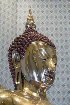 Posąg buddy wykonany w złocie