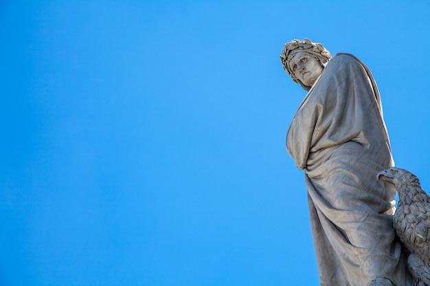Posąg dantego przed kościołem santa croce - florencja, włochy