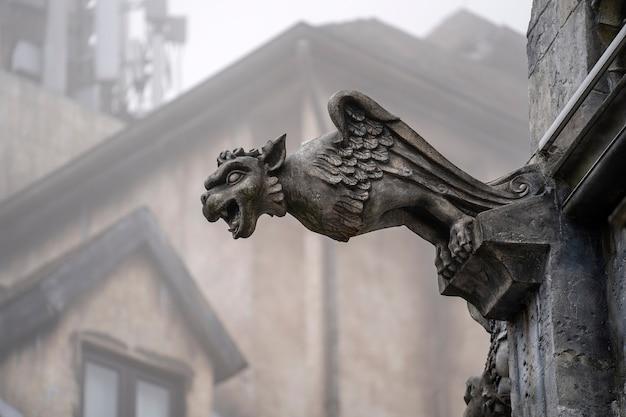 Posąg gargulca, chimery, w postaci średniowiecznego skrzydlatego potwora