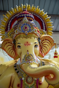 Posąg hinduskiego boga ganesha. zbliżenie ganesha idol w warsztacie artysty podczas festiwalu ganesha.