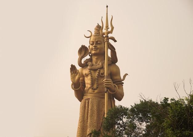 Posąg hinduskiego boga sziwy z pięknym krajobrazem