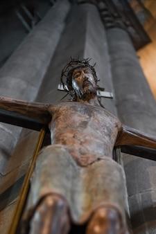 Posąg jezusa zwisający z krzyża