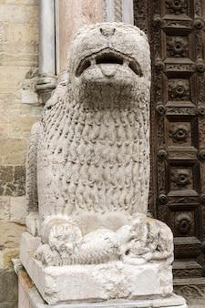 Posąg lwa przed katedrą w parmie, włochy. posąg wykonał giambono da bissono