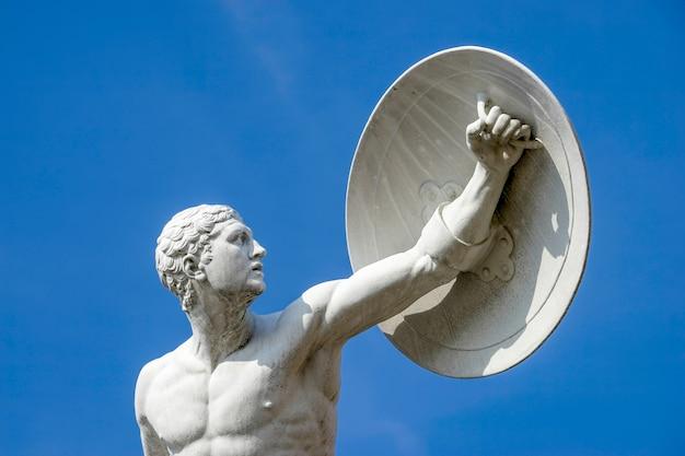 Posąg nagiego wojownika w pałacu charlottenburg w berlinie