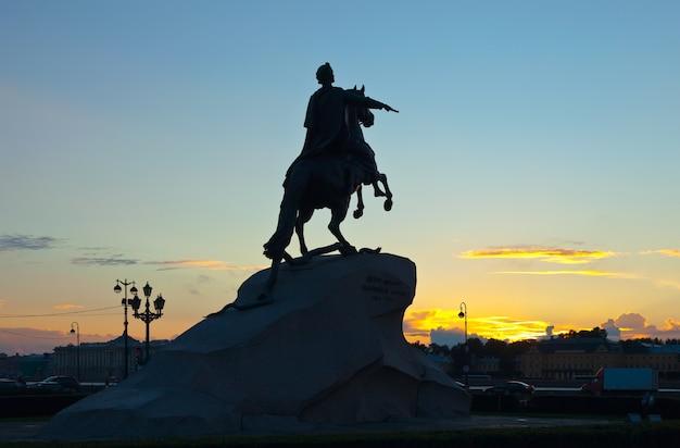 Posąg piotra wielkiego na wschodzie słońca