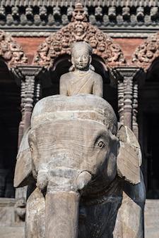 Posąg słonia z kamienia