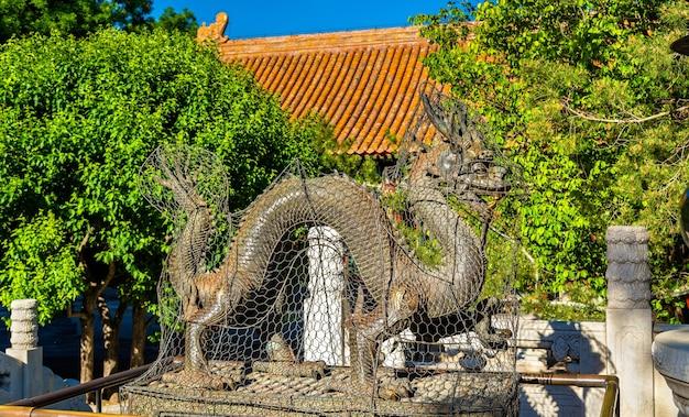 Posąg smoka w pałacu letnim w pekinie - chiny