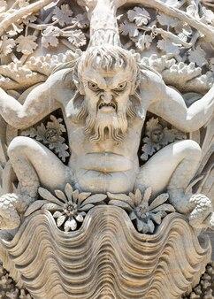 Posąg stiukowy męskiego potwora zbliżenie