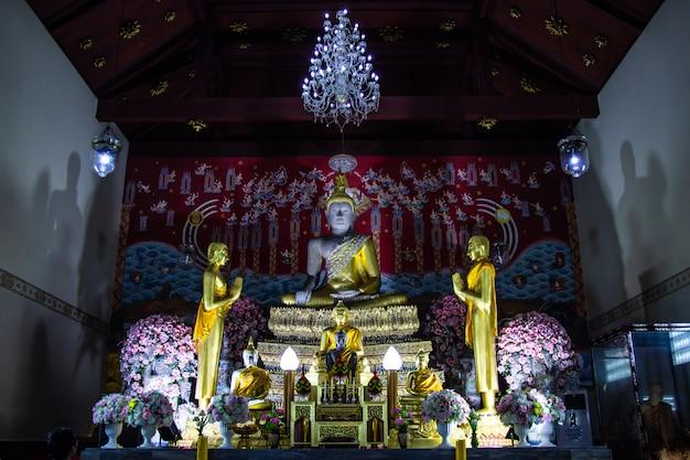 Posągi buddy i malowidła ścienne w wat yai chaimongkol znane i popularne miejsca turystyczne
