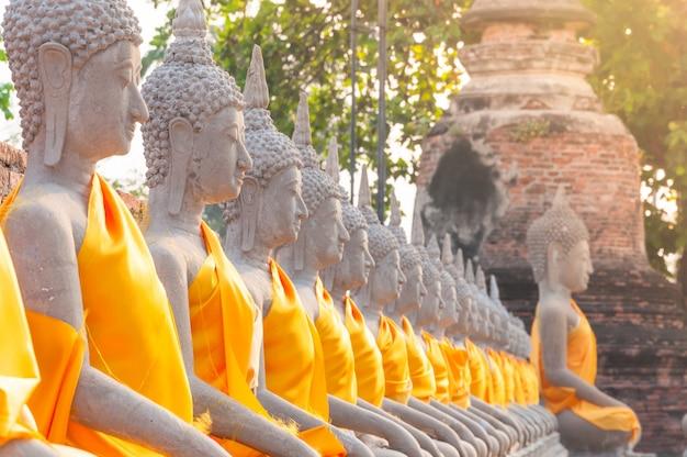 Posągi buddy w wat yai chaimongkol w ayutthaya w tajlandii