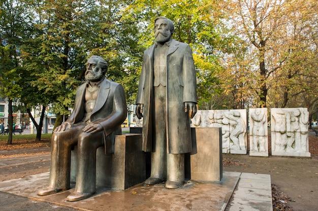 Posągi karola marksa i fryderyka engelsa, niedaleko alexanderplatz, w dawnym berlinie wschodnim