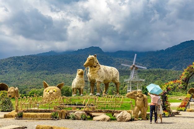 Posągi owiec i innych zwierząt stoją na wystawie nad jeziorem huai thung tao dla turystów i gości