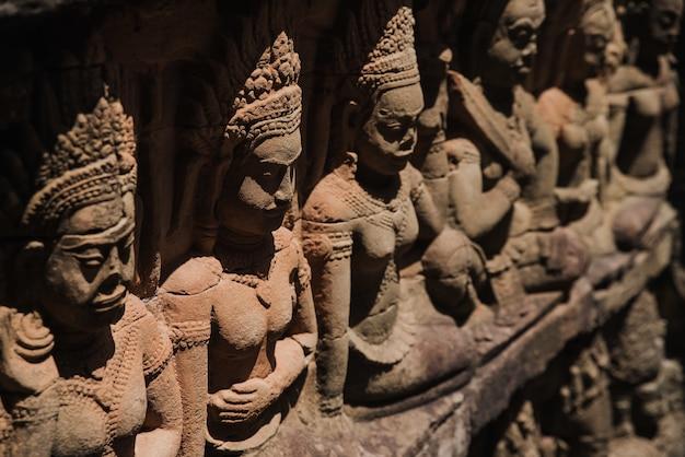 Posągi świątyni angkor wat w siem reap, kambodża