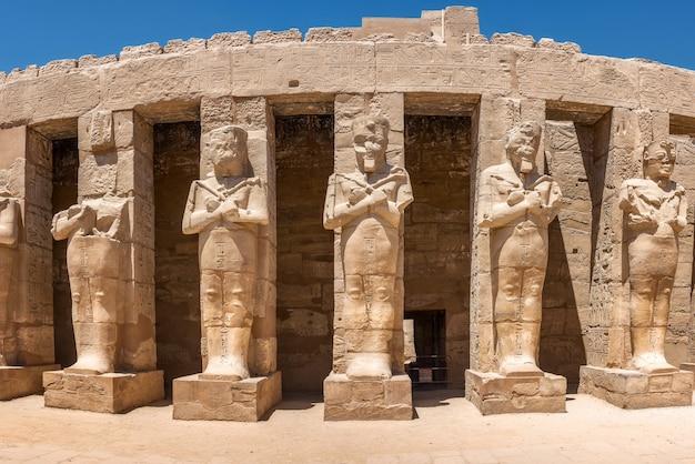Posągi świątyni karnak w egipcie