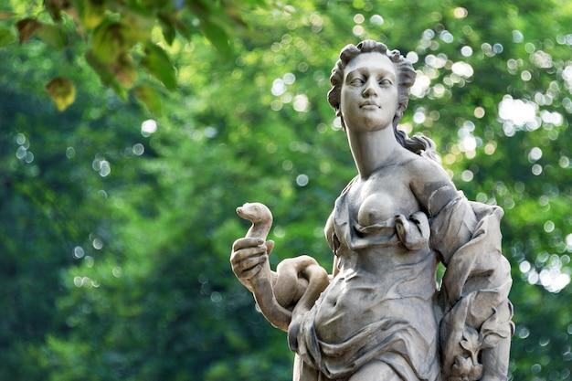 Posągi z piaskowca w ogrodzie saskim w warszawie, wykonane przed 1745 r. przez anonimowego rzeźbiarza warszawskiego pod kierunkiem johanna georga plerscha, posągi greckich muz mitycznych.