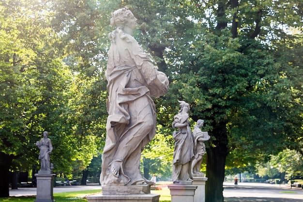 Posągi z piaskowca w ogrodzie saskim w warszawie, wykonane przed 1745 r. przez anonimowego rzeźbiarza warszawskiego pod kierunkiem johanna georga plerscha.