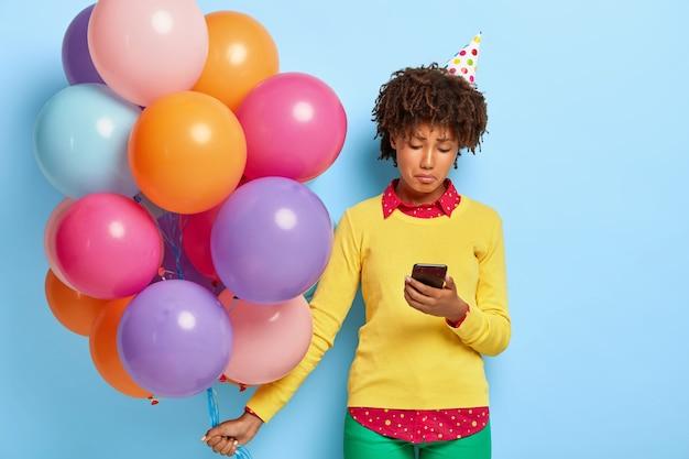 Posępna, przygnębiona ciemnoskóra kobieta czuje się smutna w dniu swoich urodzin, nie otrzymuje gratulacji od chłopaka