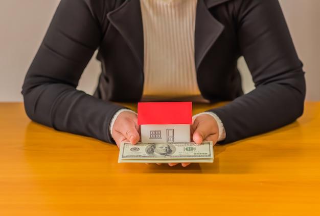 Posiadanie domu reprezentującego własność domu i działalność w zakresie nieruchomości