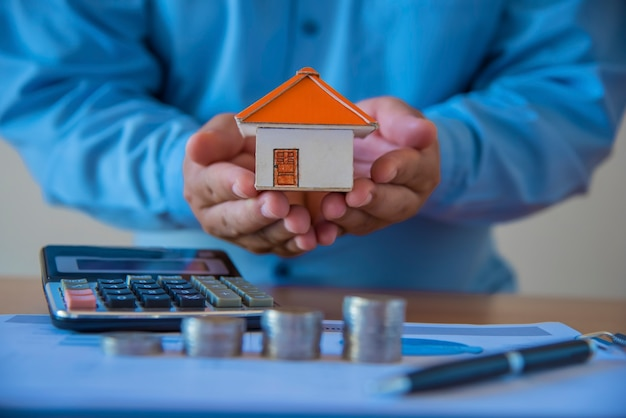 Posiadanie domu reprezentującego własność domu i działalność w zakresie nieruchomości.