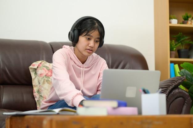 Posiadanie lekcji online. azjatyckie dzieci samodzielnie uczą się z e-learningiem w domu. koncepcja edukacji online i samokształcenia oraz nauczania w domu.