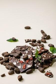 Posiekana ciemna czekolada