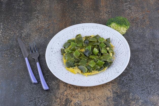 Posiekana zielona fasolka gotowana z jajkiem