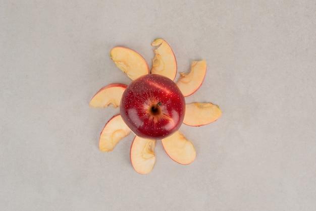 Posiekane czerwone jabłko z plastrami.