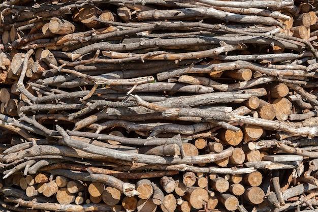 Posiekane drewno opałowe jest starannie ułożone, zapas drewna na zimę