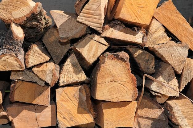 Posiekane kłody drewna opałowego złożone do wyschnięcia z bliska
