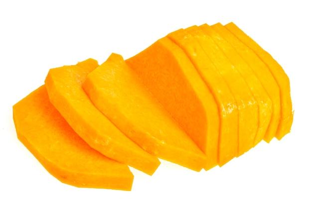 Posiekane plasterki dojrzałej pomarańczowej dyni do gotowania