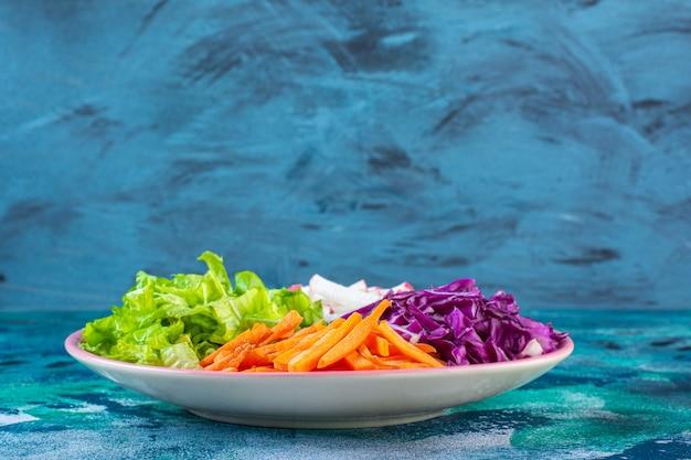 Posiekane różne warzywa na talerzu