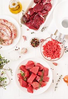 Posiekane surowe mięso. proces przygotowania farszu za pomocą maszynki do mięsa. kiełbasa domowa. mielona wołowina. widok z góry