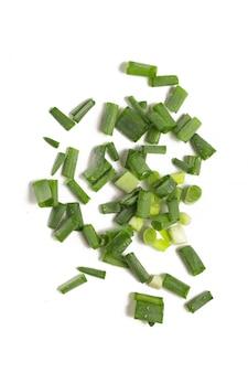 Posiekane zielone cebule na białym tle