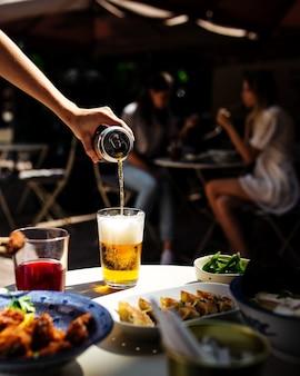 Posiłek na tarasie kawiarni z piwem i japońskim jedzeniem