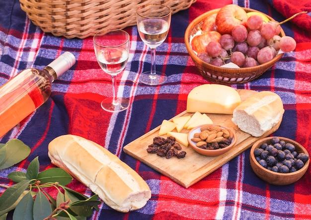 Posiłek pod dużym kątem na kocu piknikowym