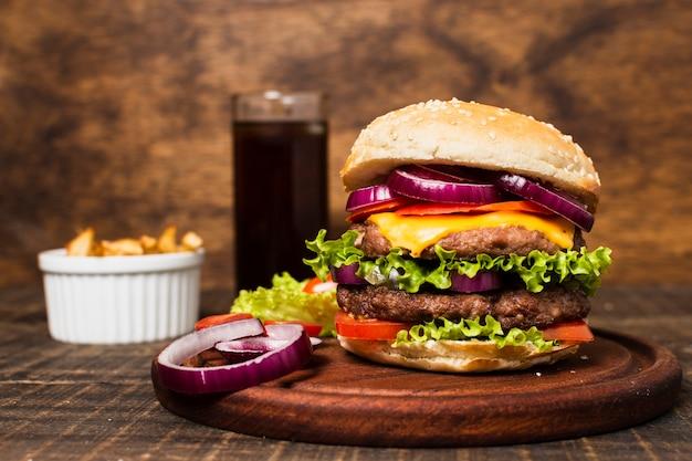 Posiłek typu fast food z burgerem i frytkami