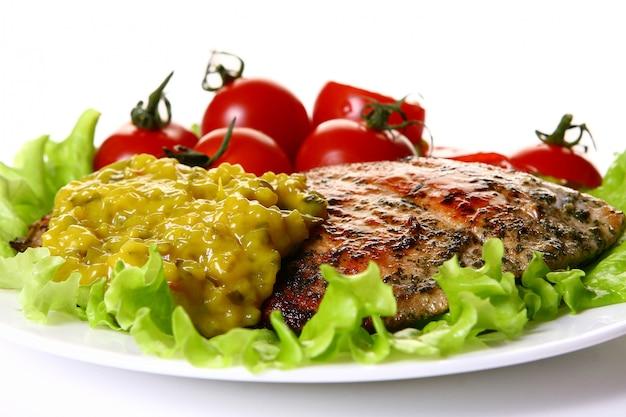 Posiłek udekorować mięsem i warzywami