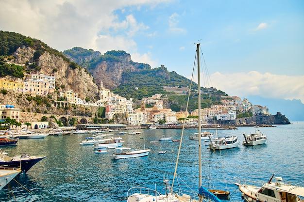 Positano, wybrzeże amalfi, kampania, włochy. piękny widok