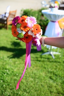 Poślubiać kwiaty na panny młodej ręce