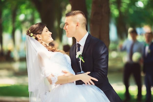 Poślubiający, właśnie para małżeńska buziak w parku, ślubny pojęcie.