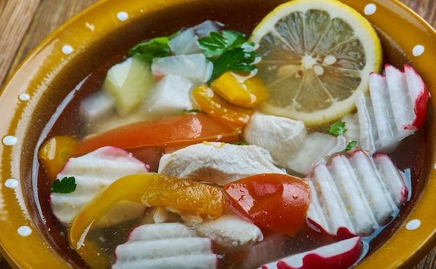 Posole z kurczaka tradycyjne danie z guerrero w meksyku, wykonane z hominy, kurczaka i kilku dodatków.