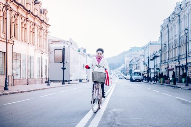 Pośpiesz się. ładna dziewczyna, jazda na rowerze, ciesząc się swoim stylem życia