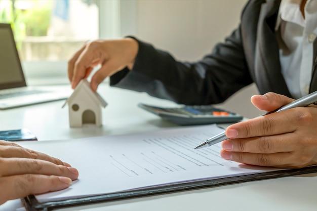 Pośrednicy w obrocie nieruchomościami omawiają i oferują klientom pomysł na kredyt inwestycyjny.