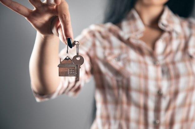 Pośrednicy w obrocie nieruchomościami trzymający klucz do domu